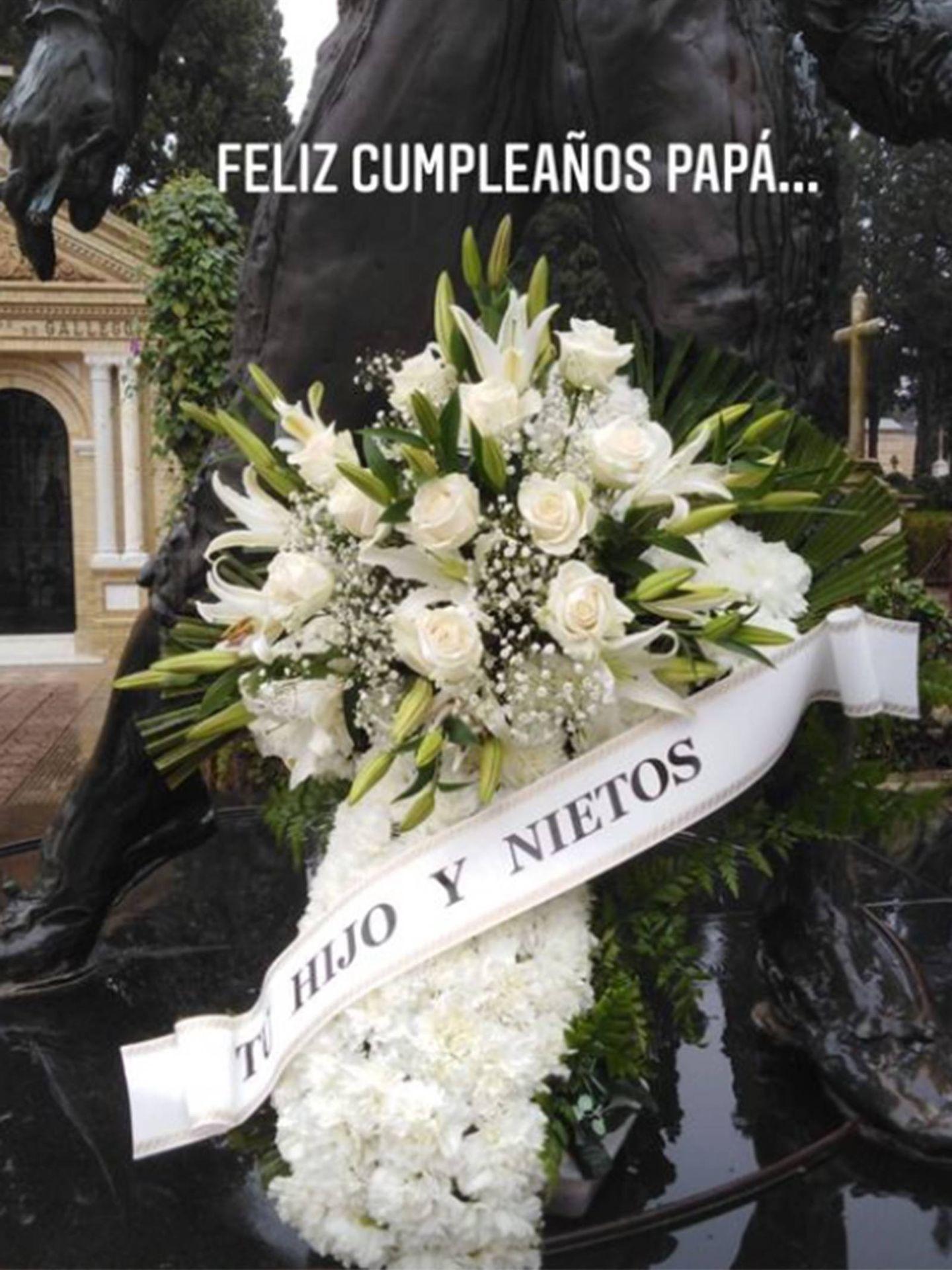 La corona de flores que Kiko Rivera ha enviado a la tumba de su padre. (Instagram riverakiko)