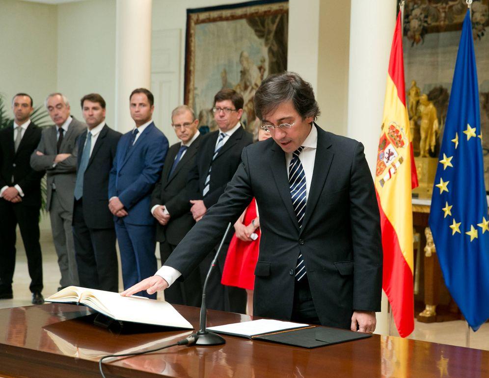 Foto: José Manuel Albares, prometiendo su cargo en junio de 2018. En la imagen, Manuel de la Rocha (3i). (Borja Puig   Moncloa)