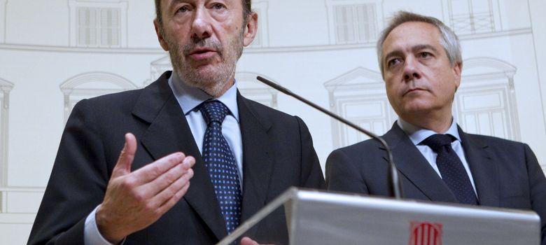 Foto: El secretario general del PSOE, Alfredo Pérez Rubalcaba, y el líder del PSC, Pere Navarro. (EFE)