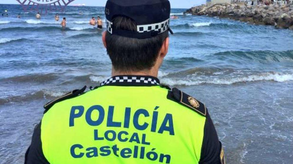 Foto: Imagen de archivo de un policía local en una playa de Castellón.