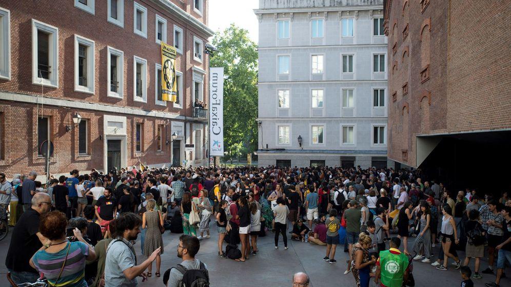 Foto: Centenares de personas han acudido este miércoles para mostrar su apoyo al centro social okupado 'La Ingobernable'. (EFE)