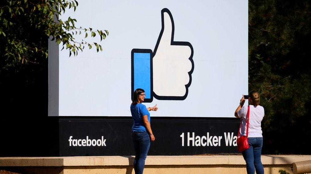 Foto: Dos mujeres se hacen fotos en la entrada de la sede de Facebook en California. (Reuters)