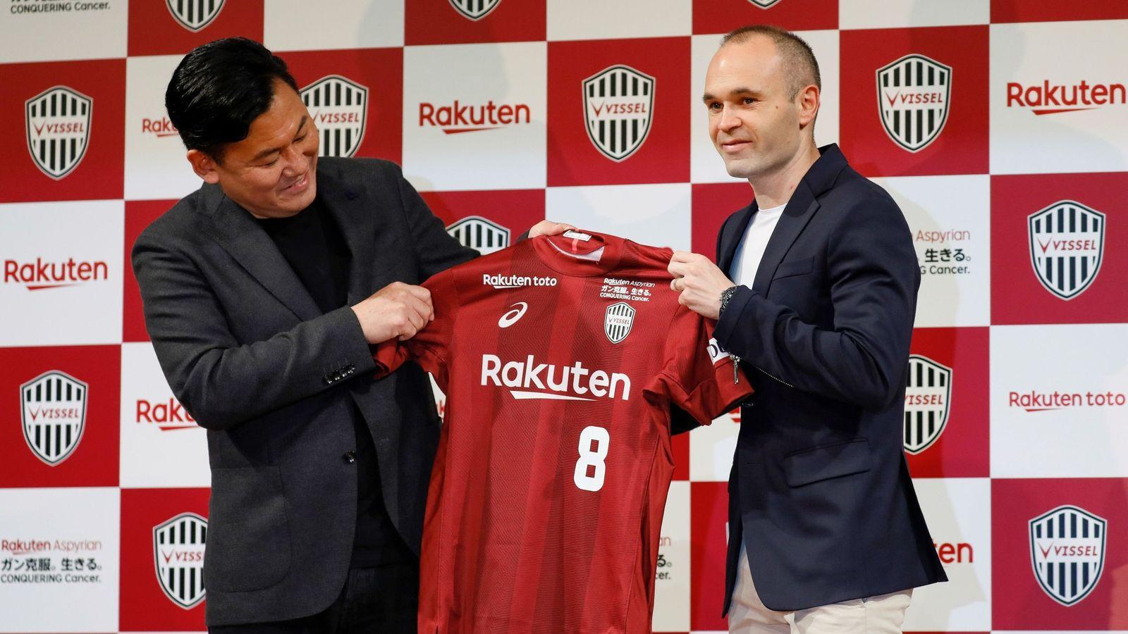 Foto: Iniesta, con el empresario japonés Hiroshi Mikitani, durante su presentación con el Vissel Kobe. (Reuters)