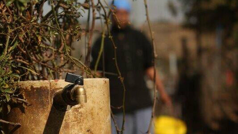 Mujer va a buscar agua en Soweto, Sudáfrica. (J.B.)