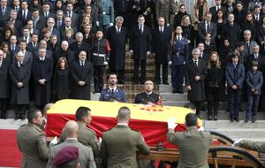Suárez logra que los políticos salgan  entre aplausos… pero a su figura