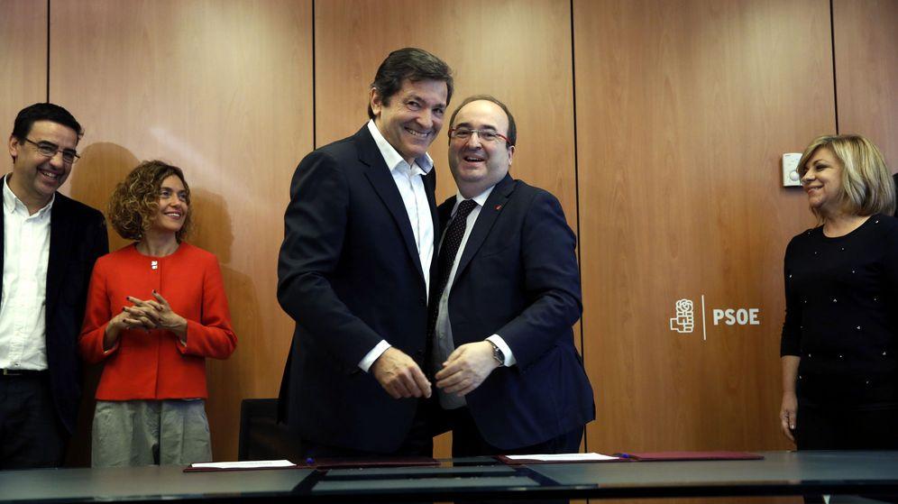 Foto: Javier Fernández y Miquel Iceta, el pasado 7 de marzo, en la firma de la actualización del protocolo de unidad. (EFE)
