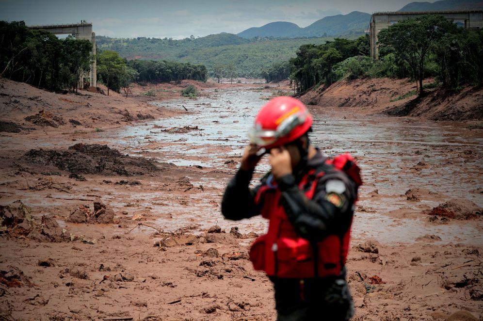 Foto: Bomberos trabajan este domingo durante las labores de búsqueda y rescate de las víctimas de la rotura de represa de la compañía Vale, en Brumadinho, municipio de Minas Gerais. (EFE)