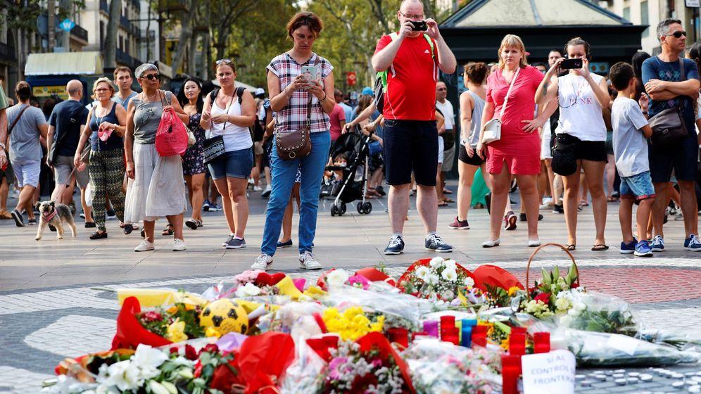 Foto: Ramos de flores y objetos de todo tipo depositados en el mural de Miró de la Rambla de Barcelona en recuerdo de los atentados. (EFE)