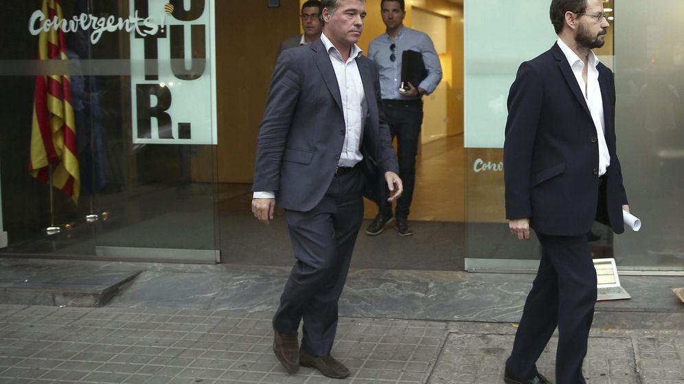 Foto: Los fiscales Anticorrupción José Grinda y Fernando Bermejo a su salida de la sede central de CDC, una vez realizado el registro al inmueble. (EFE)