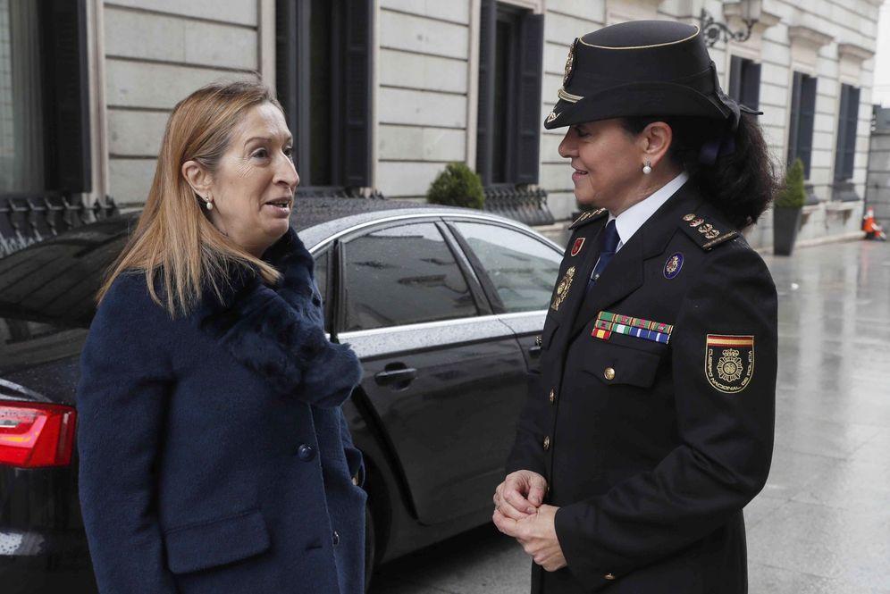 Foto: Ana Pastor, junto con la comisaria principal de Policía Concha Ramos, el pasado 6 de marzo. La presidenta del Congreso no hará huelga. (EFE)