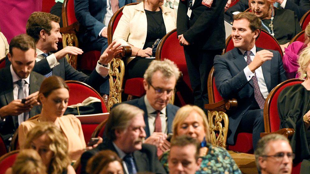 Foto: El líder del PP, Pablo Casado (i), y el de Ciudadanos, Albert Rivera (d), asisten a la ceremonia de entrega de la 38º edición de los Premios Princesa de Asturias. (Reuters)