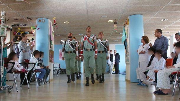 Foto: Visita de la Legión a los niños del Hospital Materno Infantil de Málaga
