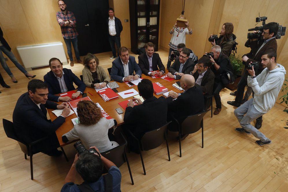 Foto: Pedro Sánchez, en la última reunión pública con su equipo negociador y miembros de su gabinete y la dirección, el pasado 8 de abril, antes de la ruptura con Podemos. (EFE)