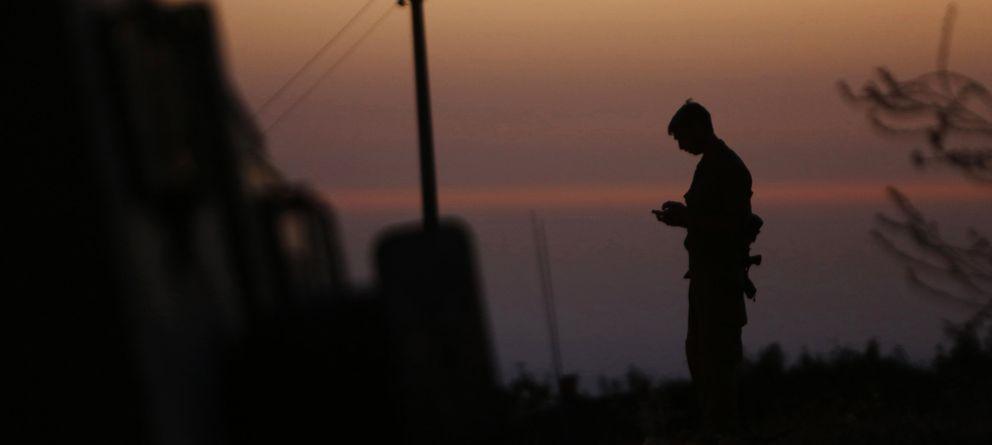 Foto: Un soldado israelí hace guardia en las afueras de la ciudad de Hebrón, en Cisjordania, poco después de hallarse los cuerpos de los tres jóvenes judíos asesinado