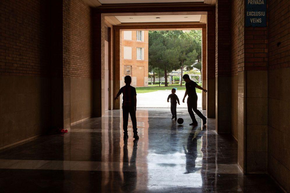 Foto: Niños jugando al fútbol dentro de un edificio en Barcelona (EFE)