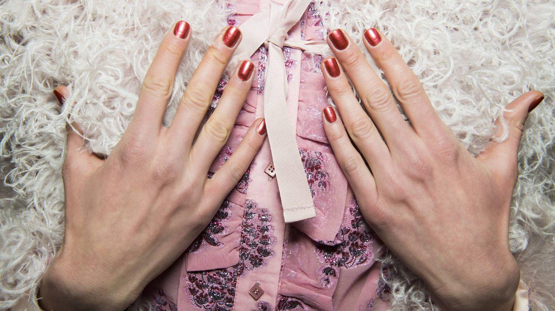 El terracota, también para tus uñas. (Imaxtree)