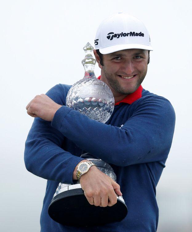 Foto: Jon Rahm abrazando su trofeo. (Reuters)