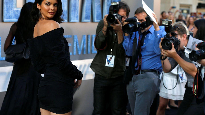 Kendall Jenner con el vestido de Carmen March que llevó a la première de la película de Cara Delevingne. (Reuters)