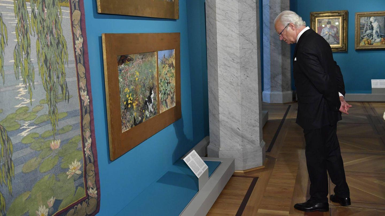 El rey Carlos Gustavo, disfrutando de la exposición. (Cordon Press)