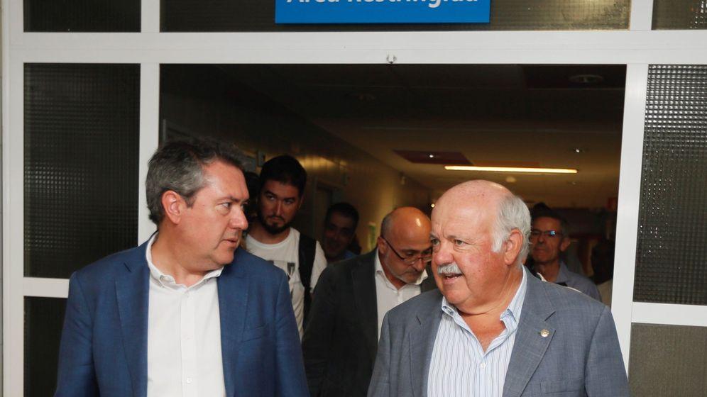 Foto: El alcalde de Sevilla, Juan Espadas (PSOE) (i), con el consejero de Salud y Familias de la Junta de Andalucía, Jesús Aguirre (c). (EFE)