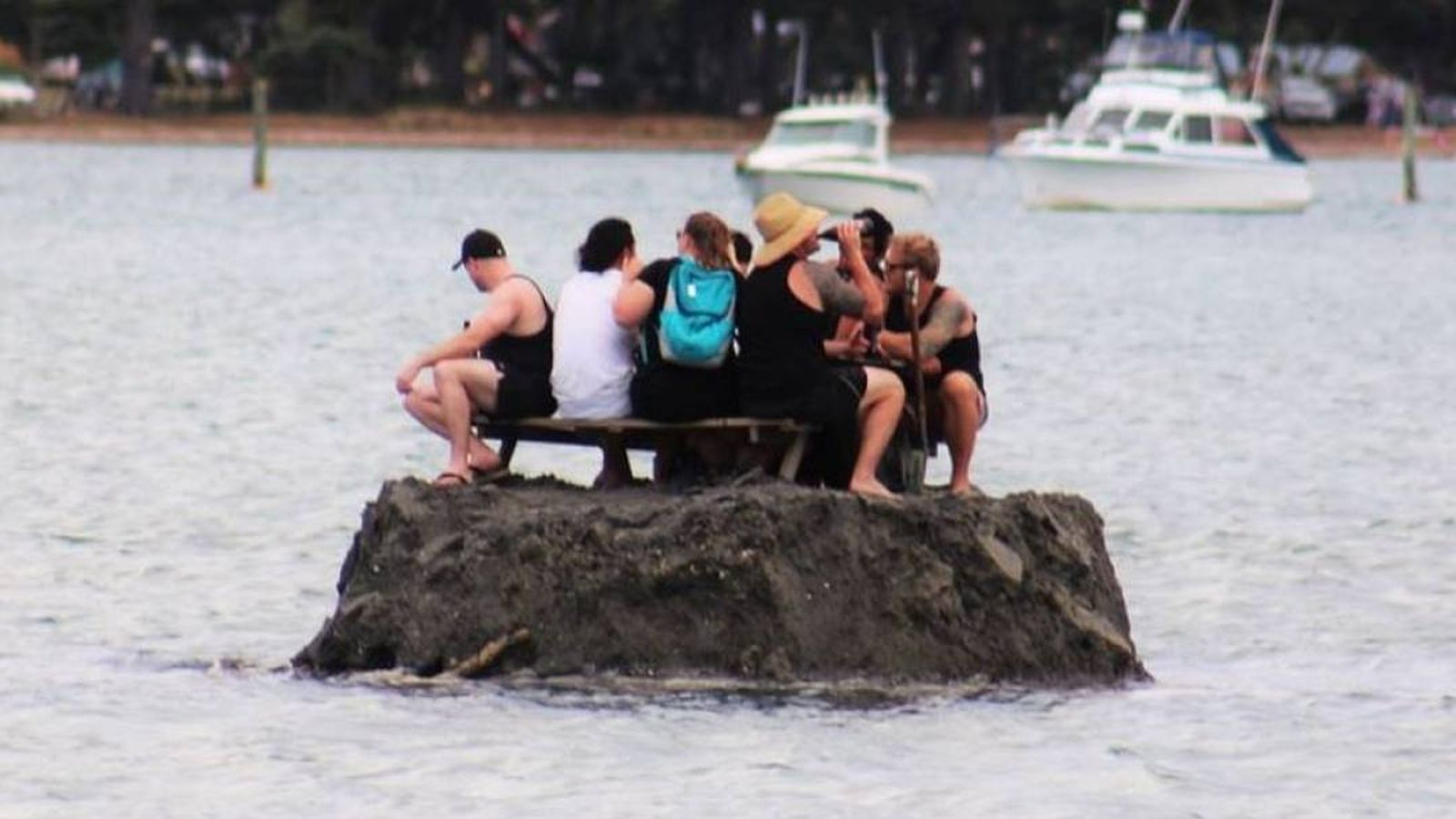 Foto: Siete hombres, una isla y una neverita repleta de bebidas. (David Saunders)