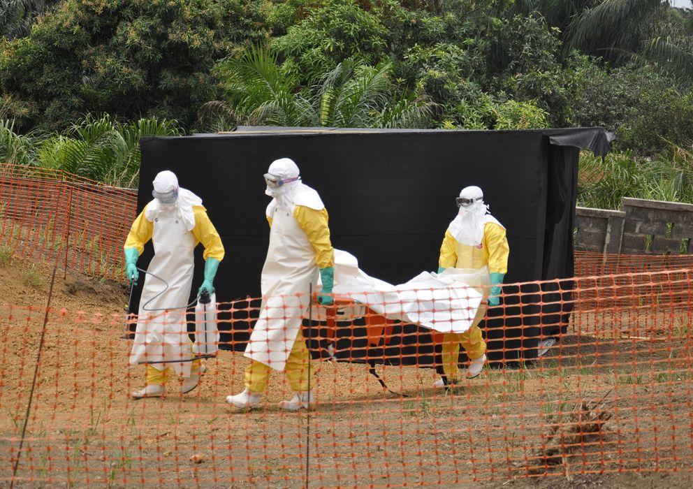 Foto: Traslado de un fallecido por ébola. (Foto: Amandine Colin/MSF)