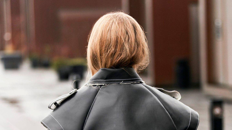 El street style de Dinamarca nos ha dejado clara la tendencia de cubrir el cabello con el abrigo. (Imaxtree)