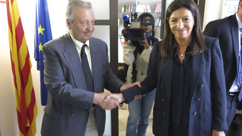Foto: Martí Anglada cuando era delegado en París, junto a la alcaldesa de la ciudad, Anne Hidalgo. (EFE)