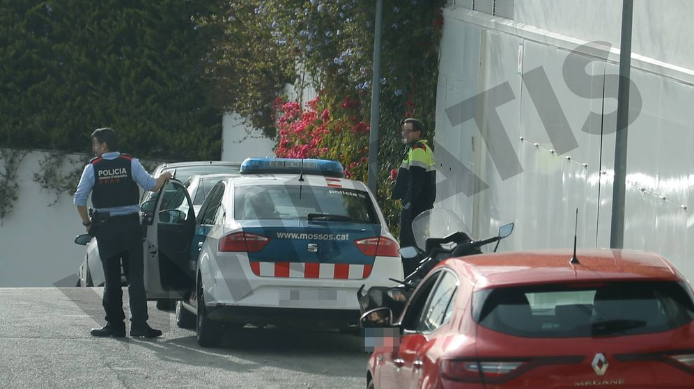 Foto: Los mossos en la puerta de la casa de Shakira y Piqué. (Vanitatis)