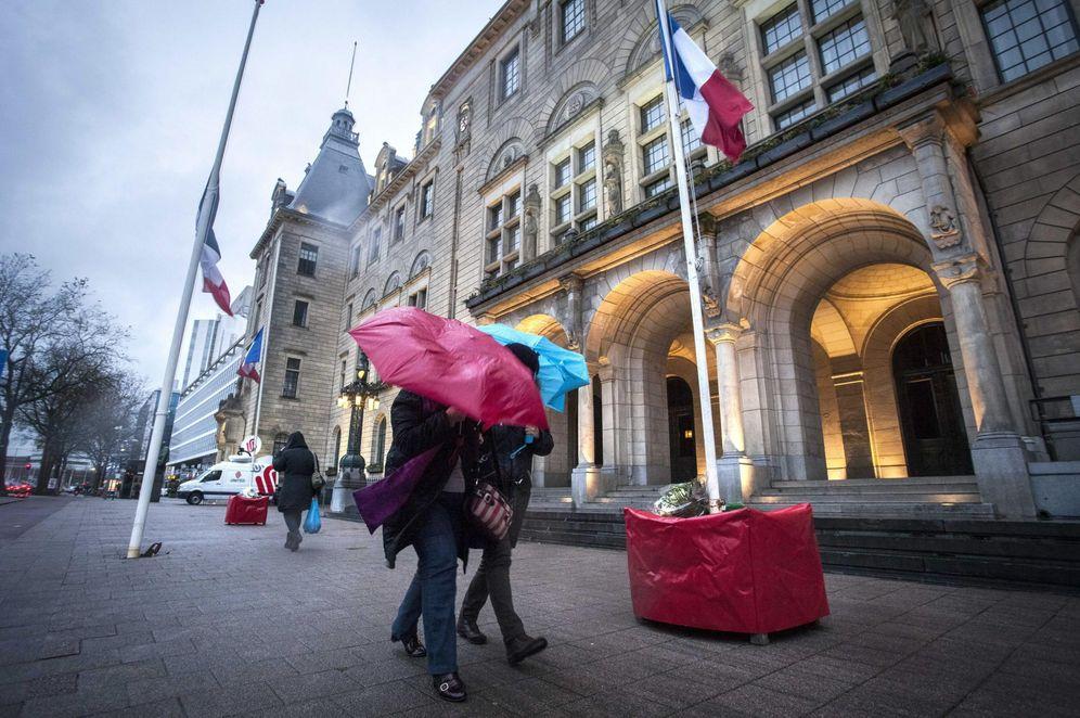 Foto: Parisinos caminan por la ciudad el día después de los atentados. (EFE/EPA)