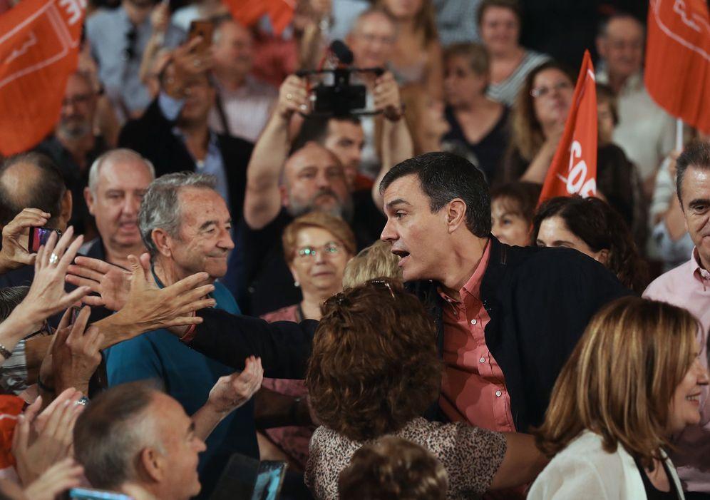 Foto: Pedro Sánchez, este 13 de octubre en Alcorcón, antes de su mitin en el centro cultural Buero Vallejo. (EFE)