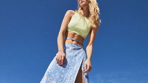 Bershka nos conquista con esta falda midi ideal para llevar con deportivas