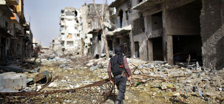 Foto: Un combatiente del grupo islamista radical al-Nusra, en una calle de Aleppo (Reuters)