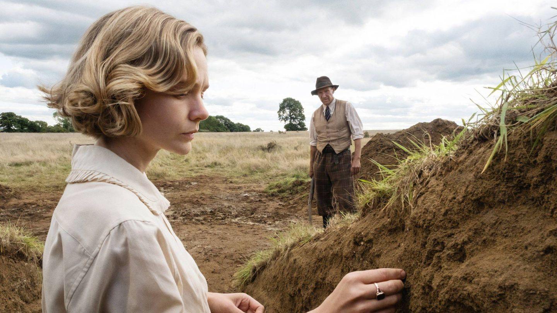 Carey Mulligan, junto a Ralph Fiennes en 'La excavación'. (Netflix)