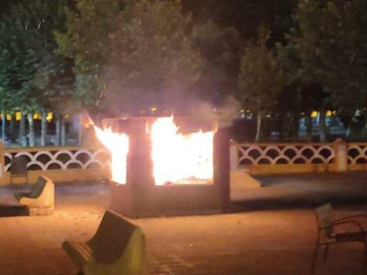 Foto: Momento en que la 'bibliocaseta' de Ciudad Rodrigo ardía. (Centro Social Aldea)