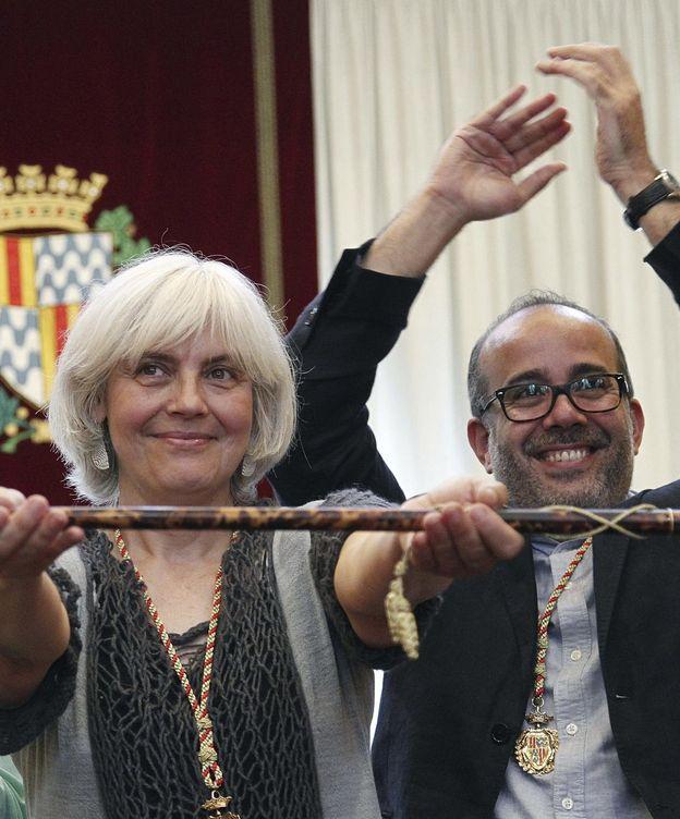 Foto: Dolors Sabater, de Guanyem Badalona en Comú (CUP y Podemos), posa con el bastón de mando tras ser investida alcaldesa. (EFE)