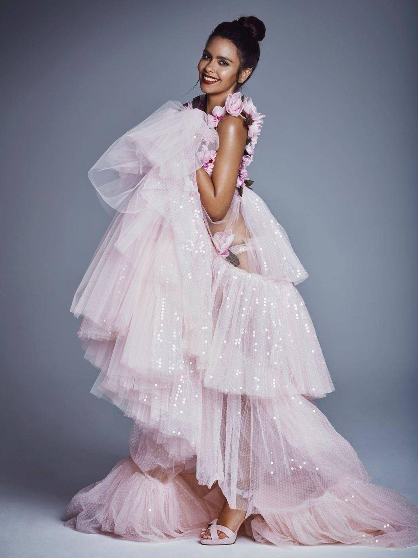 El vestido de lado, con todas las capas de tul a la vista. (Tot-Hom)