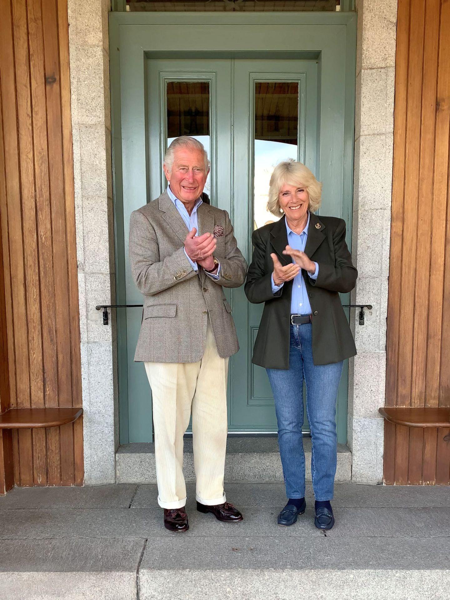 El príncipe Carlos y Camilla, hace unas semanas, uniéndose al aplauso a las 8 de la tarde. (Reuters)