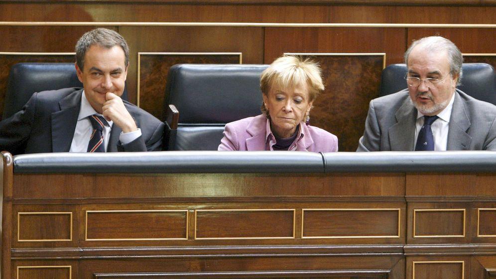 Foto: El expresidente del Gobierno, José Luis Rodríguez Zapatero, junto a la exvicepresidenta primera, María Teresa Fernández de la Vega, y el exvicepresidente segundo y ministro de Economía, Pedro Solbes. (EFE)