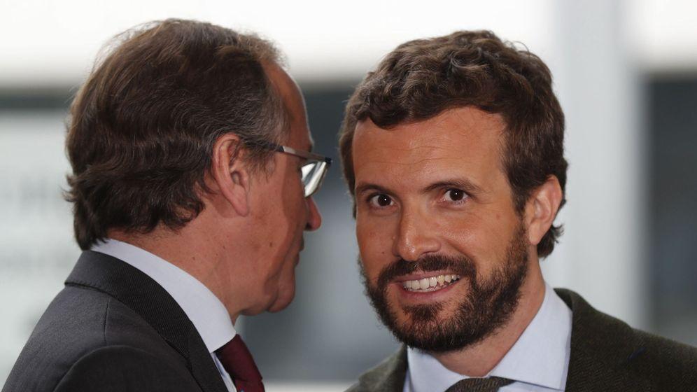 Foto: El presidente del PP, Pablo Casado (d), charla con el presidente del PP vasco, Alfonso Alonso (i). (EFE)