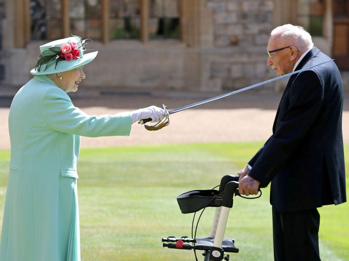 Foto: La reina Isabel invistió como caballero a Tom Moore en julio. (Reuters)
