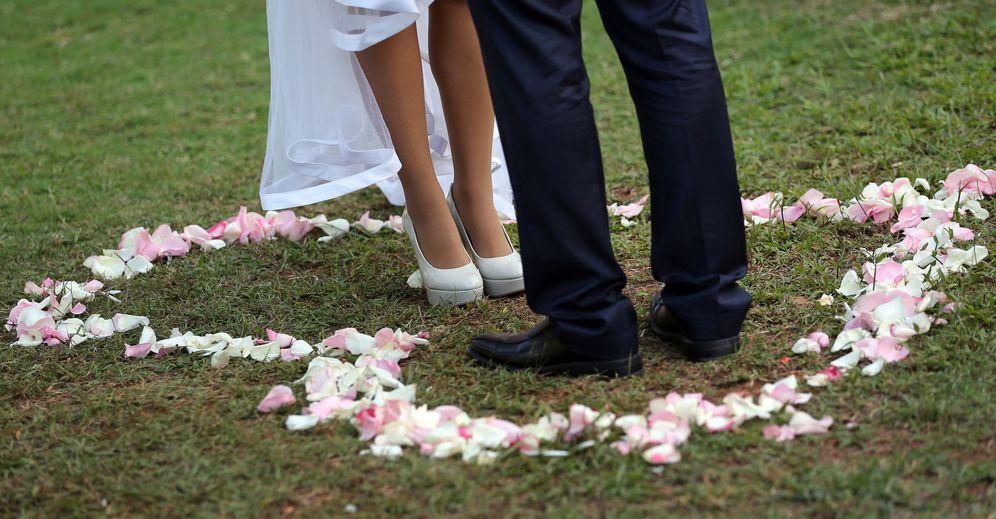 Foto: Una pareja en la celebración tras haber contraído matrimonio. (EFE)