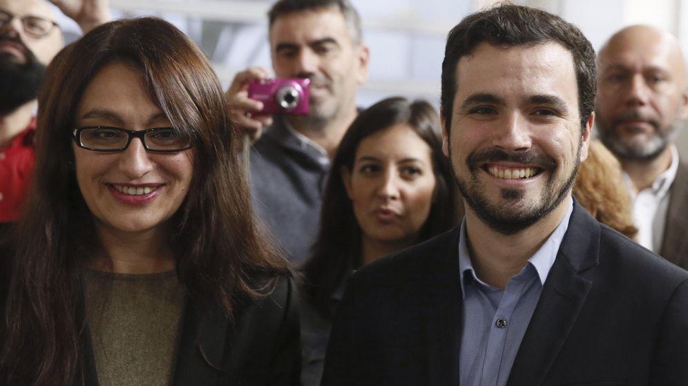 Foto: Alberto Garzón y Sol Sánchez, número dos de su candidatura por Madrid, este 6 de noviembre en el espacio Ecooo de la capital. (EFE)