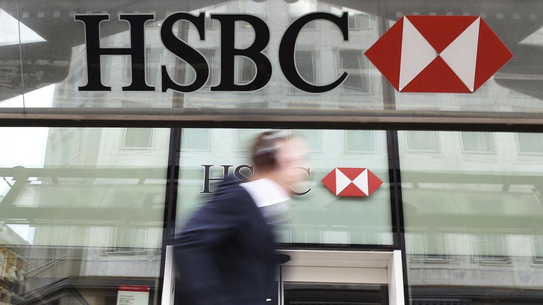 Un peatón camina junto a una sucursal del banco HSBC, uno de los acreedores de Zed Worlwide. (EFE)
