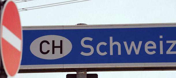 Foto: Una señal de prohibido el paso es fotografiada junto a un cartel en el que aparece Suiza en Rheinfelden (Alemania)