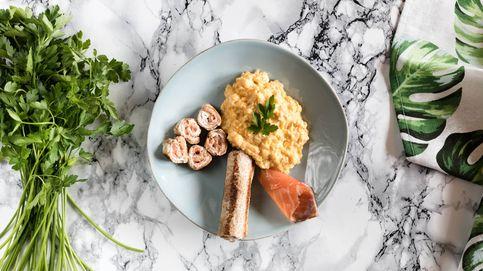 Rulos crujientes de salmón y queso con huevos revueltos