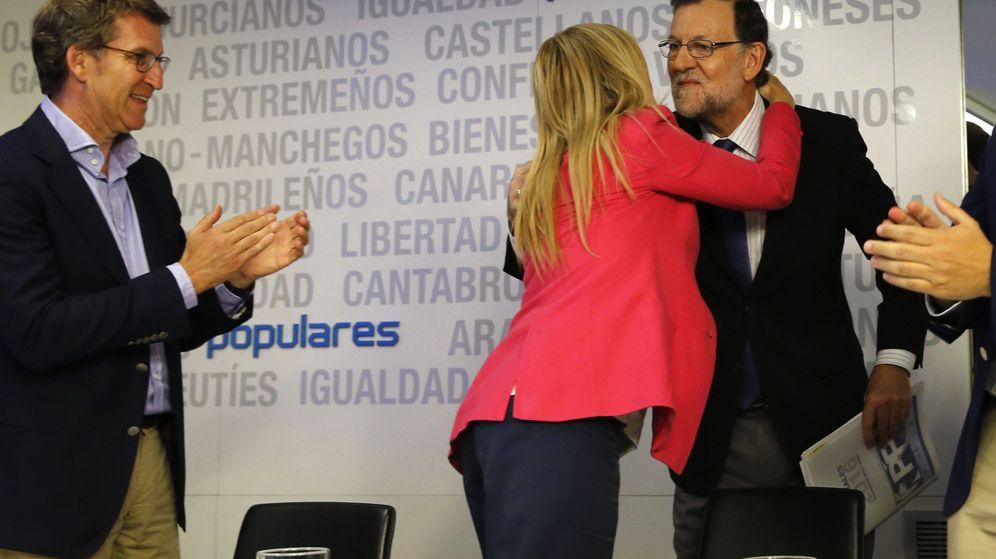Foto:  Cristina Cifuentes (c) saluda a Mariano Rajoy (d) en presencia de Alberto Núñez Feijóo (i), al inicio de una reunión del comité ejecutivo nacional del PP. (EFE)