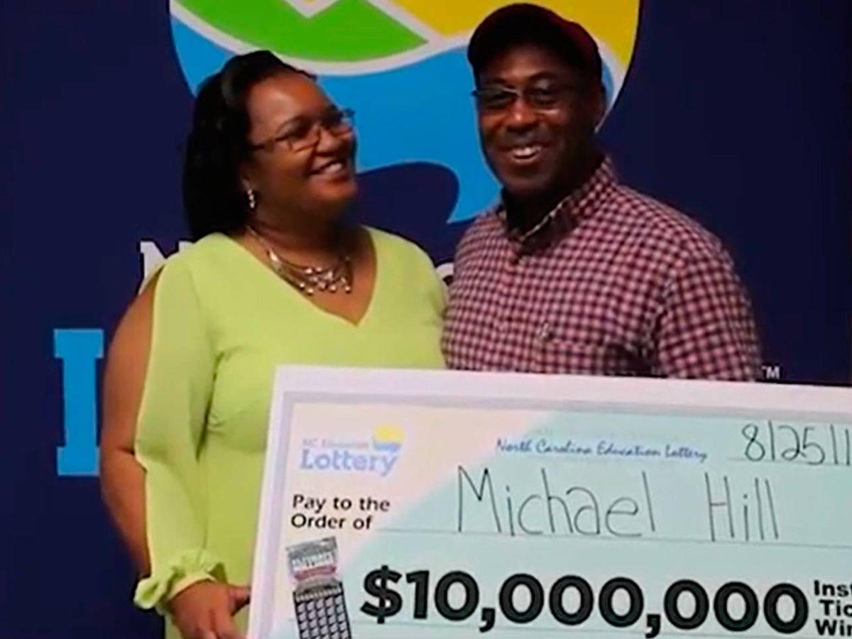 Foto: Michael Todd Hill, cuando en 2017 recogió su premio de 10 millones de dólares (Foto: NC Lottery)