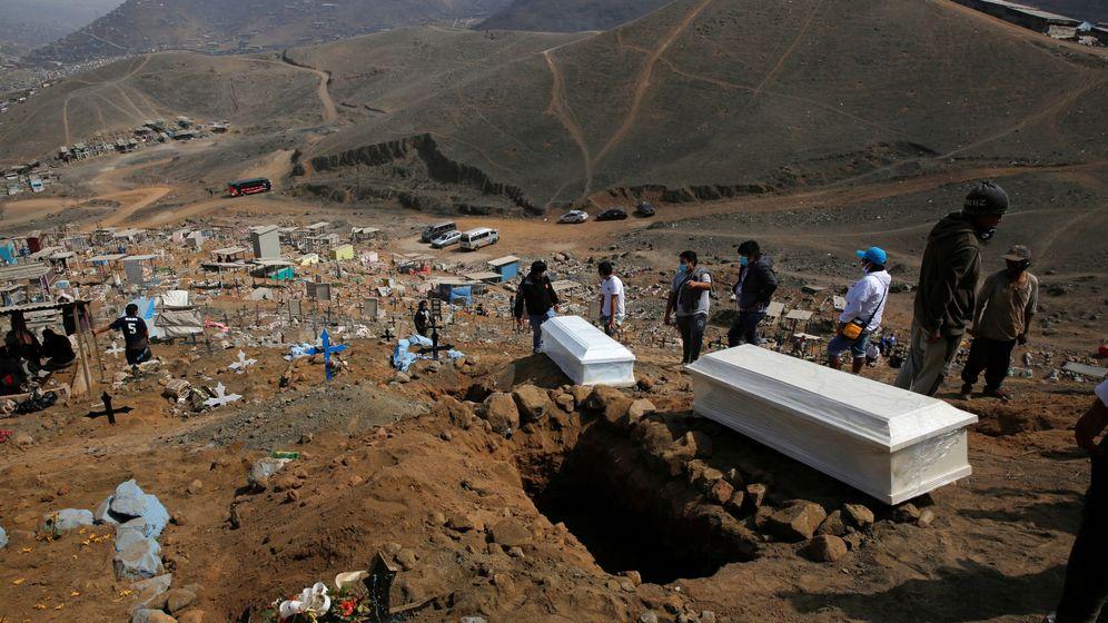 Foto: Enterramientos en un cementerio en Lima, Perú. (Reuters)