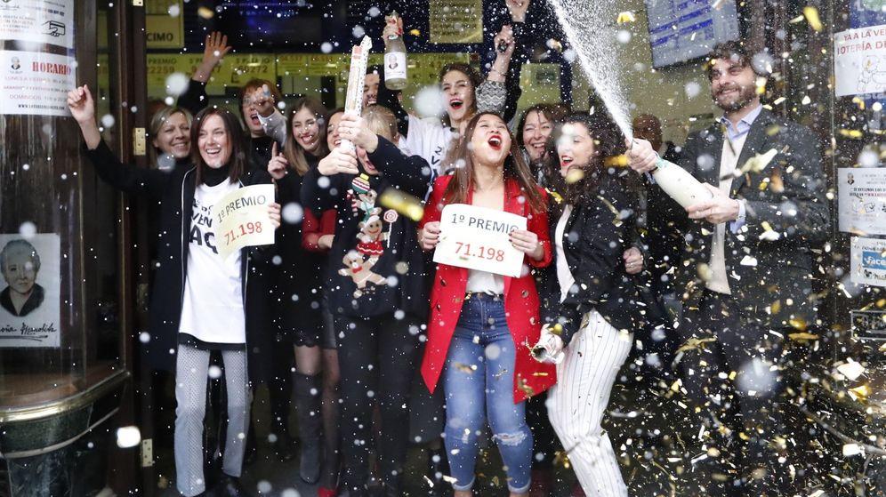 Foto: Celebración en Doña Manolita tras ganar el premio 'Gordo' en 2017. (Efe)
